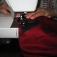 革を幕へ縫い付ける。